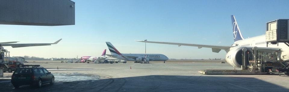 Airbus A380 wylądował na lotnisku Chopina około godz. 11. Samolot ma 72 metry długości i całkowitą wysokość ponad 24 metrów.