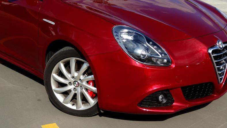 Alfa Romeo sukcesywnie powiększa grono aut, które są dostępne z najnowszą skrzynią biegów TCT. Ten dwusprzęgłowy wynalazek jest lepszy niż wszystko, czym do tej pory jeździłeś...