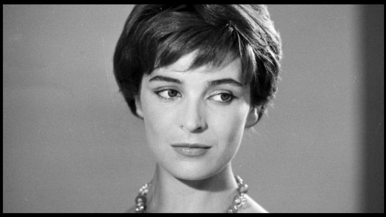 Urodziła się 9 października 1929 roku w Kobalówce k. Tarnopola. W 1953 roku ukończyła PWSFTviT w Łodzi