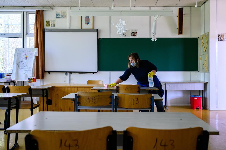 Csak a veszélyes iskolákat zárják majd be, de mindenhol sokat fertőtlenítenek. / Fotó: MTI Vasvári Tamás