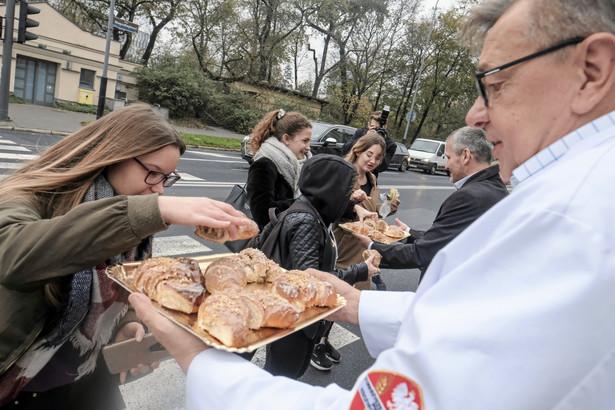 Po rozdaniu certyfikatów dla producentów rogali świętomarcińskich przez Izbę Rzemlniczą w Poznaniu, piekarze rozdawali rogale.