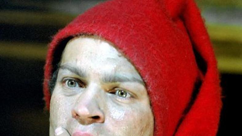 """PHOTO: EAST NEWS/POLFILMKingsajzrez: Juliusz Machulskiprod: Andrzej Sołtysik, Zespół """"Kadr"""" 1987Jacek Chmielnik- Olo JedlinaWykorzystanie w reklamie, przetwarzanie, fotomontaż- ZABRONIONE bez pisemnej zgody Agencji czerwona czapka myslenie zamyslenie pomysl wymyslanie mezczyzna czlowiek zaduma czerwona czapka czerwona skarpeta"""