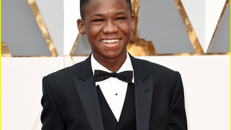 Abraham Attah gives thumb up on the 2016 Oscars red carpet