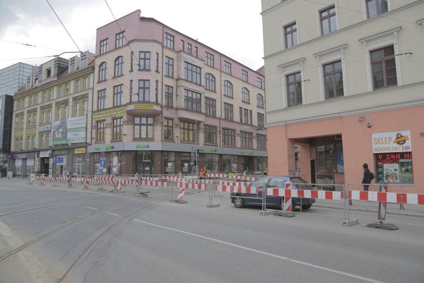 Znaki zagradzają wjazd w remontowaną ul. Krupniczą