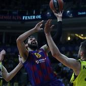 OBRAČUN NA SRPSKI NAČIN! Sve je prštalo u košarkaškom klasiku između Fenera i Barse, Kalinić i Mirotić na istoj brojci  /VIDEO/