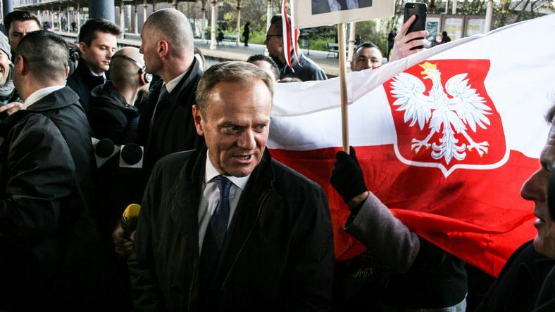 Donald Tusk powitany na dworcu w Sopocie