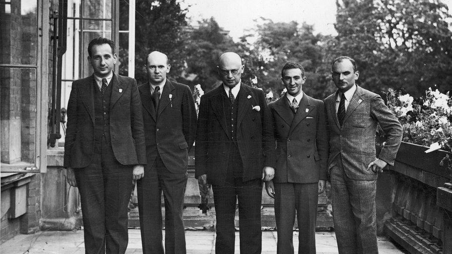 Stoją od lewej: Paulin Frydman, Henryk Friedman, Ksawery Tartakower, Mieczysław Najdorf, Kazimierz Makarczyk