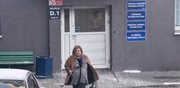 Anna Komorowska wychodzi z odwiedzin męża w szpitalu