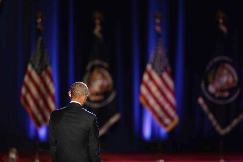 """Ustępujący prezydent do osiągnięć swoich rządów zaliczył m. in. tworzenie nowych miejsc pracy, uchwalenie reformy opieki zdrowotnej (nazywanej """"Obamacare"""") i walkę z terroryzmem, w tym doprowadzenie do śmierci przywódcy Al Kaidy Osamy bin Ladena."""