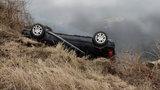 Honda w stawie. Ranni w tonącym aucie cudem uniknęli śmierci