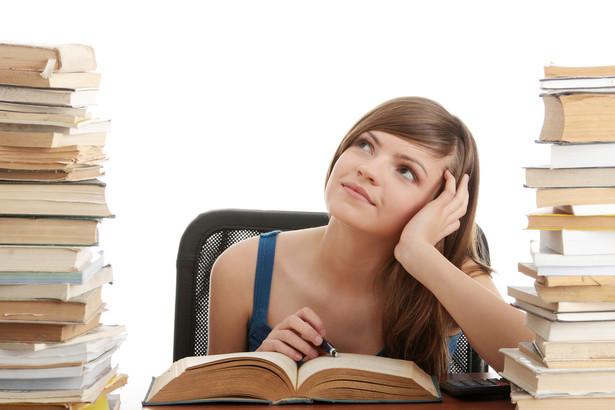 Warto wiedzieć, że osoba kończąca określony etap kształcenia przestaje być uczniem lub studentem z chwilą otrzymania świadectwa albo dyplomu.