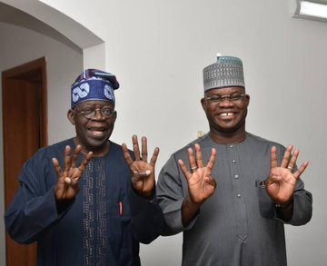 "Bello and APC chieftain Tinubu, do the ""4 more years sign"" (Twitter: @Cbn_gov)"