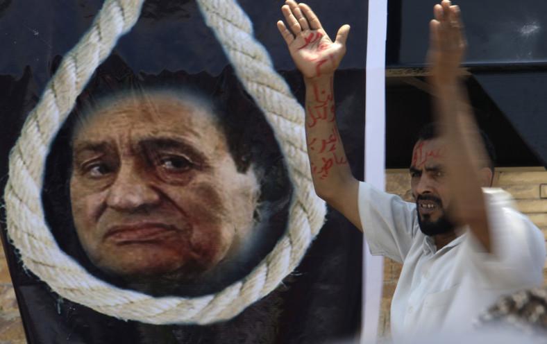 Demonstracja przed egipskim sądem