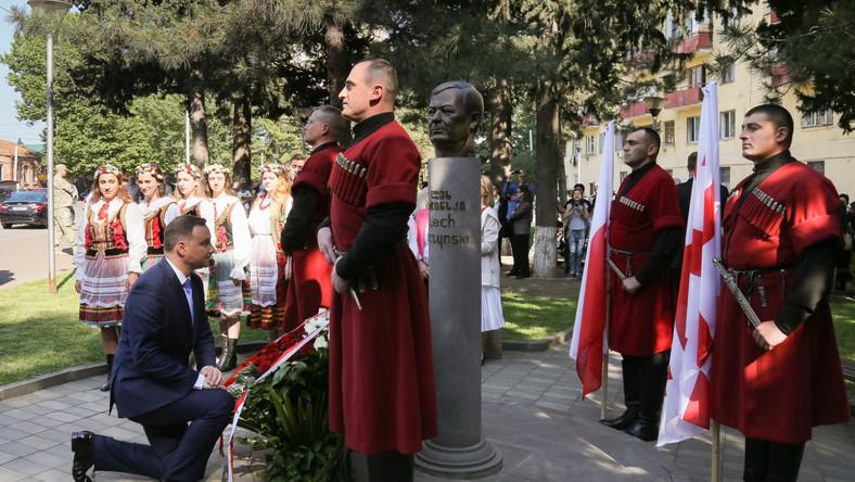 """- Chciałem bardzo serdecznie podziękować za to niezwykle ważne dla mnie - nie tylko jako prezydenta Rzeczpospolitej, ale także dla mnie osobiście - zaproszenie tutaj do Gruzji, do Tbilisi, za to, że mogę tutaj razem z panem być. Tak jak dzisiaj powiedziałem, to w jakimś sensie podążanie śladami, tą ścieżką, którą w sensie politycznym wytyczył pan prezydent profesor Lech Kaczyński - mówił Duda we wtorek na wspólnej konferencji prasowej z prezydentem Gruzji Giorgim Margwelaszwilim. Prezydent podziękował za wspomnienie o Kaczyńskim, który """"był wielkim przyjacielem Gruzji"""". - Nie tylko w sensie osobistym, nie tylko w sensie swojej, można powiedzieć, miłości do Gruzji jako pięknego kraju - ale także jako wielki polityk głębokiego przekonania co do znaczenia strategicznego Gruzji jako przyjaciela i sojusznika Rzeczpospolitej, jako przyjaciela i sojusznika Zachodu - czyli Unii Europejskiej i państw należących do Sojuszu Północnoatlantyckiego - podkreślił prezydent."""