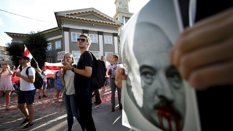 Protesty po wyborach na Białorusi odbywają się też przed placówkami dyplomatycznymi tego kraju - na zdjęciu Ryga 12.08.2020 r.