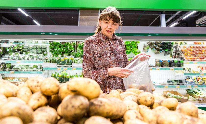 Kobieta kupuje ziemniaki w sklepie