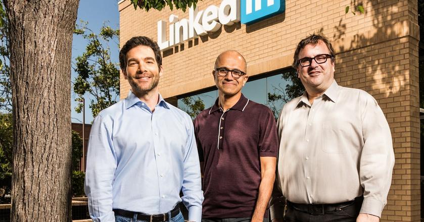 Jeff Weiner (po lewej) i Reed Hoffman (po prawej) to współzałożyciele LinkedIna. W środku stoi Satya Nadella, prezes Microsoftu