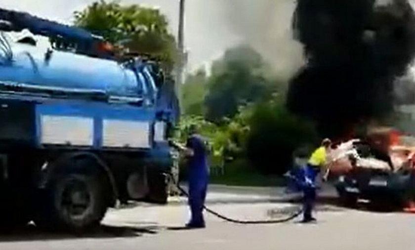 Płonął samochód. Błyskawiczna akcja pracowników.