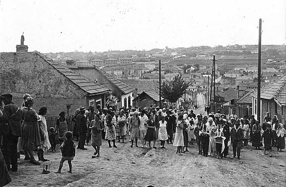 Naselje je niklo na obodu Mokroluškog potoka i 1924. godine u njoj je popisano 1.877 stanovnika i blizu 500 objekata