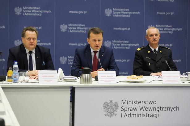 Minister spraw wewnętrznych i administracji Mariusz Błaszczak, wiceminister Jarosław Zieliński i gen. brygadier Leszek Suski podczas spotkania z przedstawicielami organizacji harcerskich.