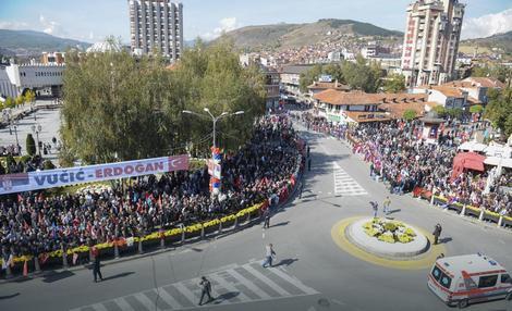 Veliki broj građana Novog Pazara okupio se još tokom pre podneva