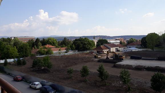 Do eksplozije je došlo kod ograde (gomila zemlje levo na fotografiji) kada je bager zakačio bombu