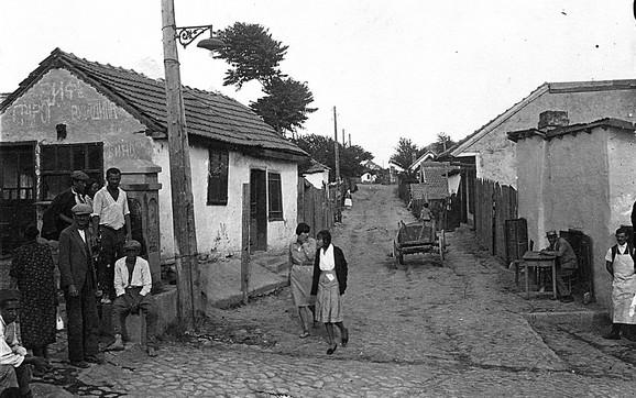 Kako je vreme odmicalo, menjala se i struktura stanovništva pa vlasnici kućica postaju rentijeri i iznajmljuju kućerke siromašnijima od sebe