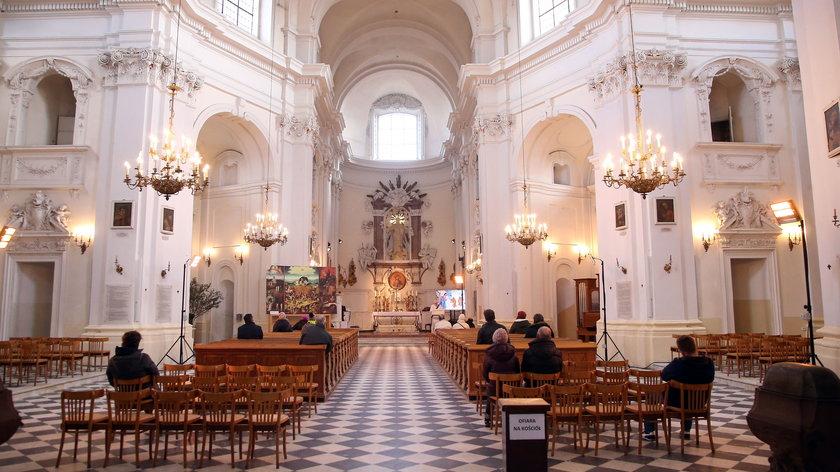 Duchowni będą mogli odprawić więcej mszy. Decyzja podyktowana pandemią