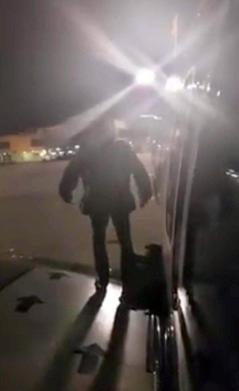 Wszedł na skrzydło samolotu, bo miał dość czekania na pokładzie