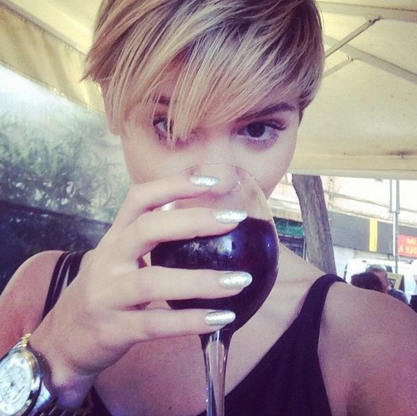 Honorata Skarbek z winem na instagramie