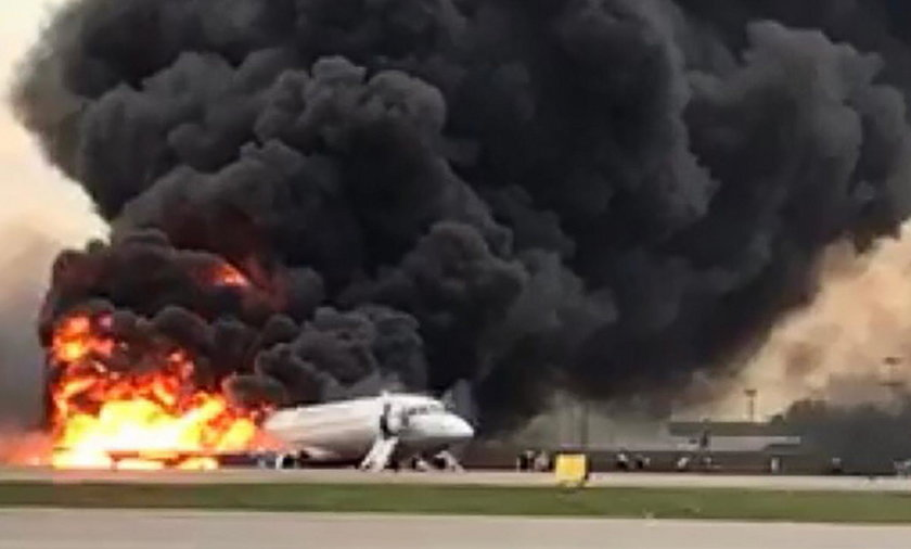 Film z wnętrza płonącego samolotu. Mówią, że ratowali walizki a nie życie!