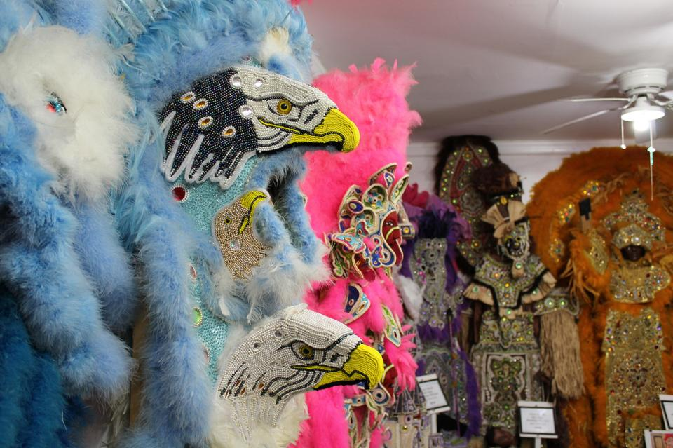Udział w paradzie Indian jest niezwykłym przeżyciem, ale jeśli będąc w Nowym Orleanie, nie traficie akurat na Mardi Gras lub dzień Św. Józefa, indiańskie kostiumy można obejrzeć w Backstreet Museum w Treme – najstarszej afroamerykańskiej dzielnicy Nowego Orleanu lub w House of Dance & Feathers w dzielnicy 9th Ward (tu wymagane jest wcześniejsze umówienie wizyty).