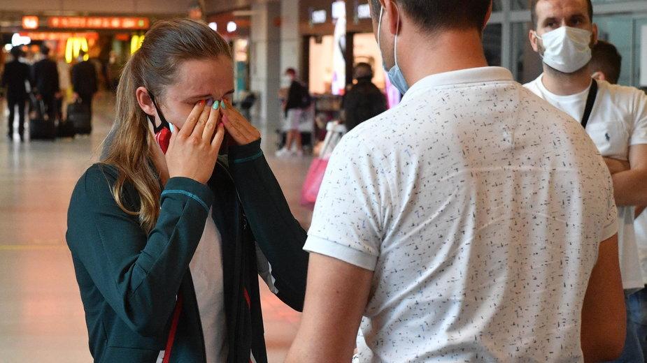 Dominika Kossakowska na lotnisku Chopina w Warszawie po przedwczesnym powrocie z Tokio