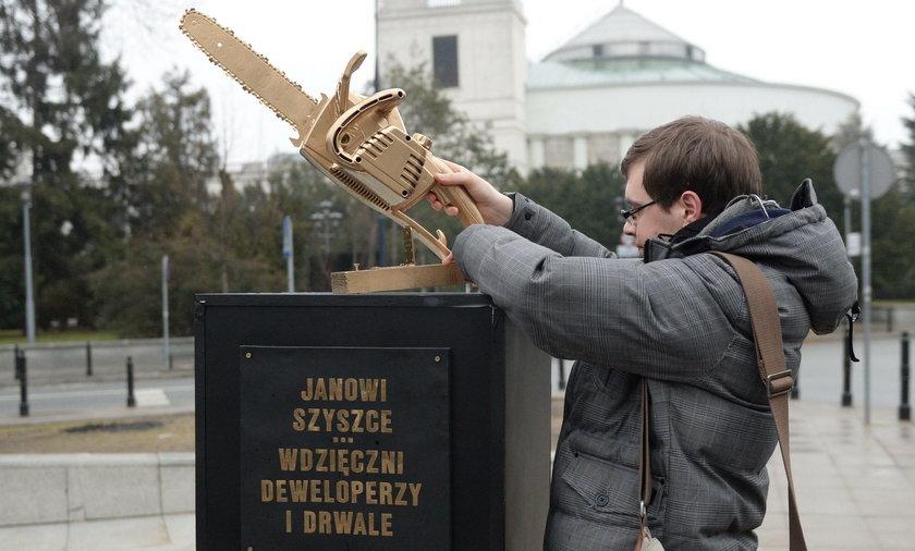Kontrowersyjny pomnik Szyszki stanął pod Sejmem. Co na to PiS?