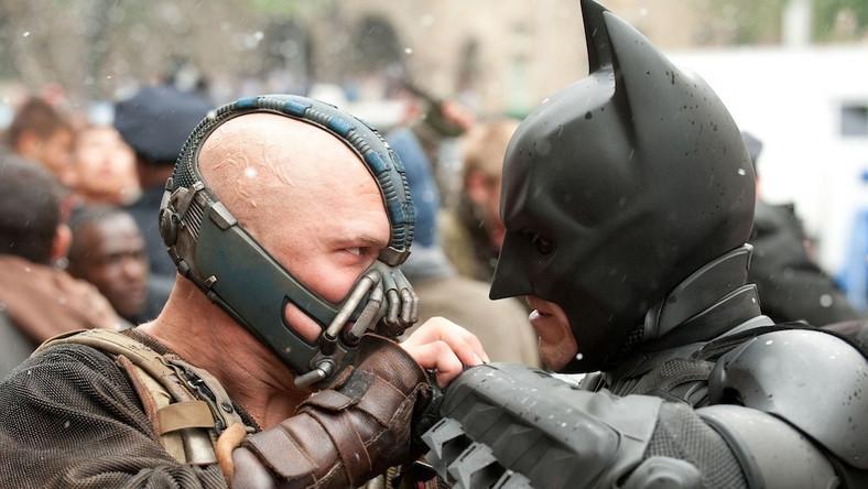 """Osiem lat po wydarzeniach z """"Mrocznego Rycerza"""" Gotham znowu staje w ogniu. Batman powrócił, aby zapobiec zagładzie miasta. Na jego drodze staje jednak nowy przeciwnik – demoniczny Bane, który chce tylko i wyłącznie śmierci rycerza Gotham..."""