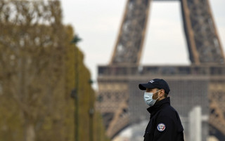 Macron przedłuża kwarantannę do 11 maja