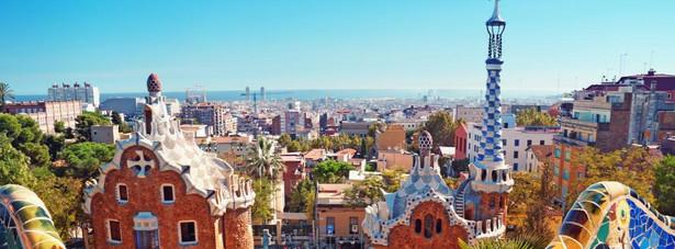 Barcelona – to hiszpańskie miasto, jest jednym z najchętniej odwiedzanych przez turystów miast na całym świecie. Położona nad Morzem Śródziemnym Barcelona, to idealne miejsce to spędzenia urlopu. Rano relaks na plaży, a popołudniem zwiedzanie zabytków, których w Barcelonie nie sposób nawet wszystkich wymienić. Do najważniejszych należą: Sagrada Familia, Park Güell, La Rambla, Port Vell, Bari Gotic oraz kamienice wybudowane w niepowtarzalnym stylu Gaudiego.