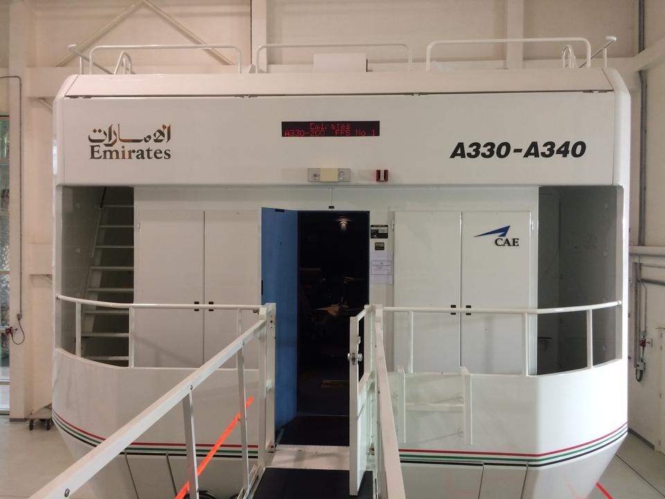 W przeciwieństwie do budynku, w którym się znajduje, symulator nie przypomina kształtem samolotu. Kabina pilotów umieszczona jest w metalowej obudowie, która porusza się dzięki siłownikom, co daje wrażenie rzeczywistego ruchu samolotu.