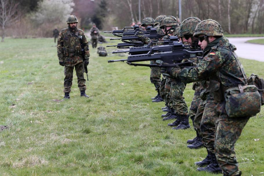 German Defence Ministers visits battalion in Husum