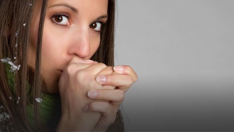 Marznące dłonie mogą świadczyć o problemach z krążeniem krwi