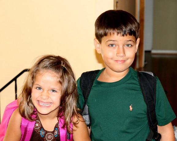 Sofija Kalvarezi sa starijim bratom, pre nekoliko godina