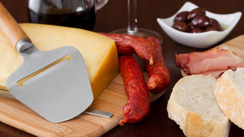 Ser, suszona kiełbasa, oliwki, szynka, bułka
