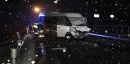 Tragiczne zderzenie na śliskiej drodze. Zginął pasażer, trzy osoby w szpitalu