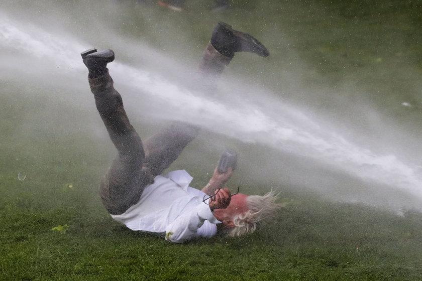 Impreza pod chmurką w dobie pandemii. Policja użyła armatek wodnych