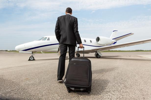 Biznesmen udający się do prywatnego odrzutowca