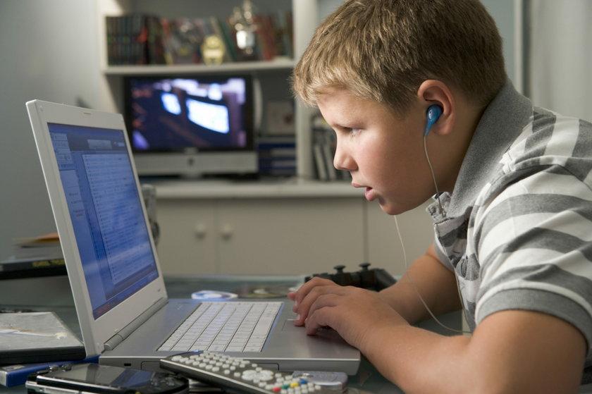 Młodzi ludzie coraz więcej czasu spędzają przed komputerem