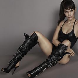 Bella Hadid w nowej kampanii reklamowej. Ależ ona ma długie nogi!