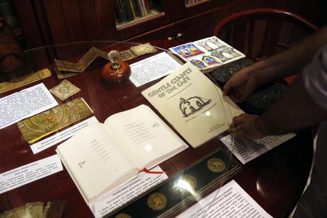 Desno je knjiga od slonovog izmeta