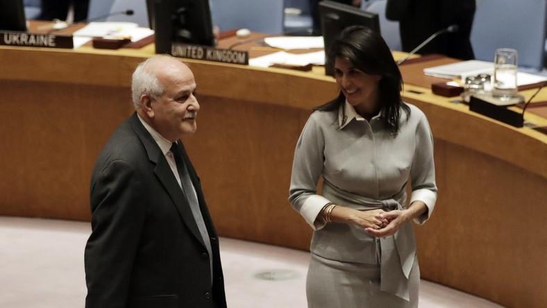 """Pani ambasador Stanów Zjednoczonych przy ONZ brała wczoraj udział w posiedzeniu Rady Bezpieczeństwa ONZ i zaliczyła poważną modową wpadkę: źle zrobione zaszewki na biuście wyglądały jak """"dodatkowe sutki""""! Co więcej:..."""