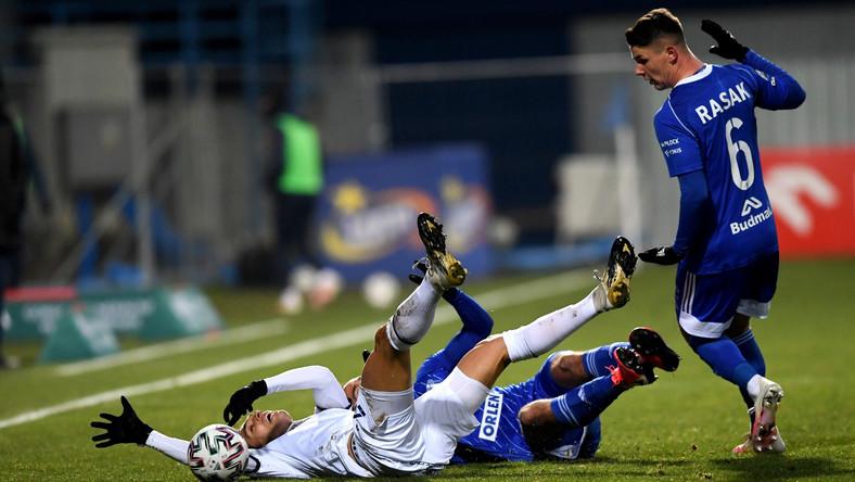 Piłkarz Wisły Płock Damian Rasak (P) i Alexander Gorgon (L) z Pogoni Szczecin podczas meczu Ekstraklasy